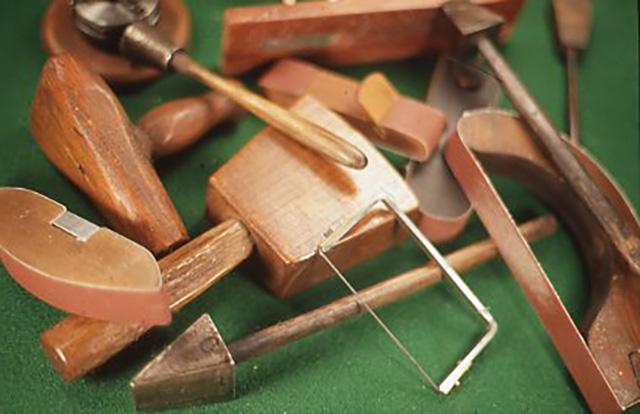 肩ならしのちょっとした工作。そんな時、治具や自家製工具を作ることはまさにうってつけです。そして自分の本当にやりたい方向と出合う機会にもなるかも知れません。 今回の記事のために作られた様々な治具や自家製工具。