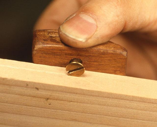 どなたの工作室にもあるありふれたサラネジと木片等です。これらで手はじめに簡易な ラインマーカーを作ってみましょう。