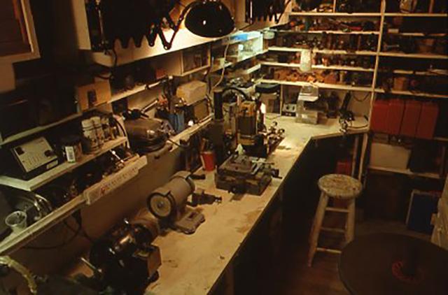 趣味の工作をするために専用のスペースを確保するということは、なかなか難しいことでしょう。でも少しづつでも工具を入手し、また使いやすいように工夫するのは楽しいことです。左の写真はボール盤とベルトサンダーです。
