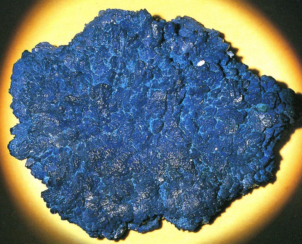 アズライト(Azurite) 岩群青(いわぐんじょう)・主成分:塩基性炭酸銅・マウンテンブルーとも呼ばれます。青く美しい結晶鉱物です。とりわけ高価な単結晶の素晴らしい標本であると裏から光をあてると濃い青色に透き通り宝石のような感じです。この鉱物は藍銅鉱と呼ばれ、粉体にすると粒子の細かいものほど明るい水色で粗くなると深い青色になります。標本産地:Touissit-mine,Oujda,Morocco