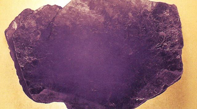 レピドライト(Lepidolite) リチア雲母・これも雲母の一種でリチウムを含むピンク色の鉱物です。緑色白色雲母ほどは展色剤によって色を取り戻せませんが、透明な体質の代わりとなってぼくにとっは絵具としては好きな色です。ヘイズヴァイオレット(Haze Violet 霞紫)と呼んでいます。標本産地:Itinga,Minas Gerais,Brazil