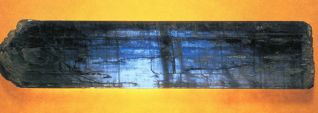 カイヤナイト(Kyanite) 藍晶石(らんしょうせき)・主成分:珪酸アルミニウム この石の組成からすると粉体にするといかにも真っ白になってしまいそうですが、屈折率の高いビヒクルと混ぜると青さを取り戻します。そこでぼくはファントム・ブルー(幻青の意)と呼んでいます。標本産地:Itapeco,Goias,Brazil