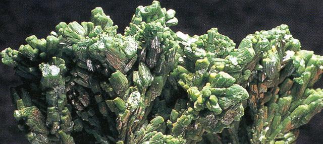 パイロモルファイト(Pyromorphite) 緑鉛鉱・主成分:塩基性燐酸鉛 この鉱物も本来顔料にするものではありませんが、水亜鉛銅鉱と同じような経緯でかつて入手し、標本としては難しいので実験してみたという次第です。鉛の緑という意味でレッド・グリーン(Lead green)とこの顔料のビンにラベルを貼りましたが、絵の具として使用したことはありません。標本産地:Ussel,Correze,France