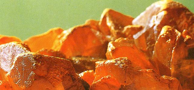 オーピメント(Orpiment) 石黄・主成分:二硫化水素 リアルガーを雄黄というのに対して雌黄(しおう)とも呼ばれます。とても軟らかく粉体にしやすい。この鉱物も透明な結晶をしていて金色にキラキラと輝いて美しいが、顔料にすると明るいレモン色の顔料になります。やはりとても古い顔料でオーピメントという名はauripigment( 金色絵具)という語がなまったものらしくやはり有毒です。標本産地:Getchell-mine,Humbidt Co.,Nevacla.USA