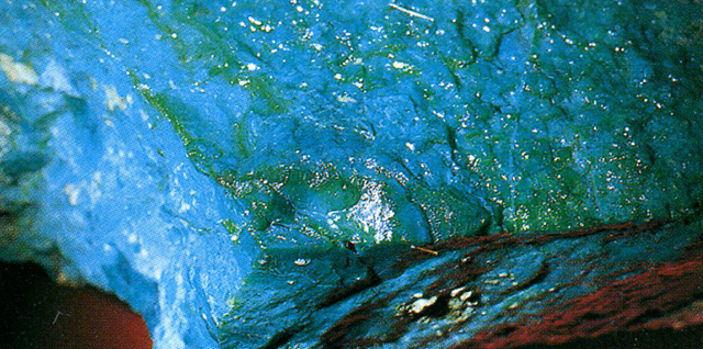 クリソコラ(Chrysocolla) 桂孔雀石(けいくじゃくいし) 宝飾品としては加工しやすいがもろいというのが欠点とされますが、かえってそれは顔料にはしやすいのです。それはこの鉱物が結晶度が低いからかもしれません。ぼくはテンダー・グリーン(Tender green 軟らかくもろい緑の意)と呼んでいます。標本産地:Ray-mine,Pinal County,Arizona,USA