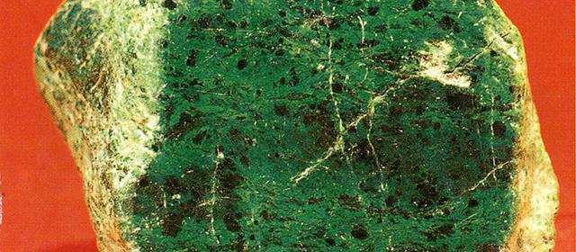 コスモクロア(Kosmochlor) 宇宙緑輝石 鉱物に詳しい堀秀道氏によると1965年に隕石中に発見された新しい輝石(きせき)が 1984年に地球上でも同様のクロム輝石として発見されました。やがてその石に宇宙を意味する[Kosmo]と緑色の[chior]とでコスモクロアと名前がついたとのこと。ぼくはこの石からつくった緑色顔料にミーティアグリーン(Meteor green 流星緑)と名付けています。標本産地:Taw Maw-mine,Pakan,Katin,Myanmer