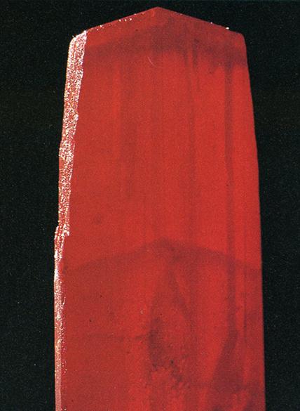 リアルガー(Realger) 鶏冠石(けいかんせき)・主成分:硫化水素 赤色顔料として古い顔料で雄黄(ゆうおう)と言われることがあります。写真の標本は高さ8cmくらいのかたまりで赤く透明な結晶ですが、このようなものは一般的ではありません。この石より作られる鶏冠朱という色は朱より赤みの強い色で有毒です。単結晶の部分は美しいがもろく硬度がなく、顔料に適した面があっても標本としては光にも湿気にも弱く変質しやすい。標本産地:Mapdan,Macedonia,Yugoslavia