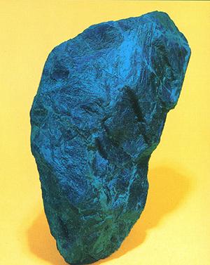 ソーダライト(Sodalite) 方曹達石(ほうそうだいし) ソーダライトは透質感のある濃い藍色をしています。安価で入手しやすいのに青色顔料として使用されないのは、粉体にすると白いガラスの粉という感じになるからです。ぼくは屈折率の高い展色剤や水ガラス等を混ぜて絵の具を作ることがありますが、そんな時にはこの上なく透明な美しい水色となるのでサイレント・ブルー(Silent blue)と名付けて使っています。標本産地:Curvelo,Minas Gerais,Brazil