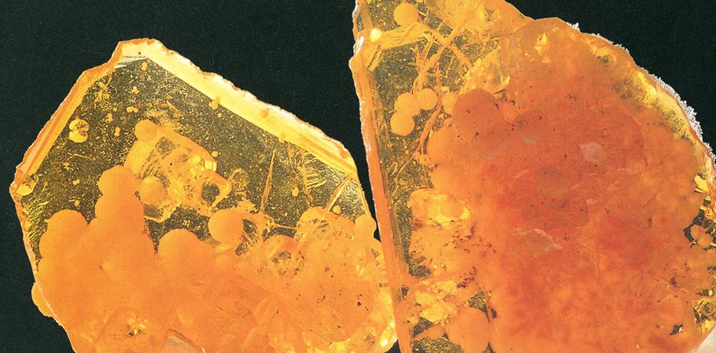 ヴェルフェナイト(Wulfenite) モリブデン鉛鉱 この鉱物の名は第一発見者の名にちなんでつけられました。ぼくが最初この鉱物が顔料になると思ったのは、ある鉱物標本店がちょっとした手違いから美しく透き通った多量の標本をくれました。その粉々になって標本としては価値がなくなったものをまとめて入手した時でした。もろく、水には溶けないので、屈折率の高いものと混ぜると美しい透明感のある黄色の絵の具になりました。ぼくは勝手にジョーンドーブ(Jaune d'aube 夜明けの黄色の意)と名付けました。標本産地:Rowely-mine,Arizona,USA