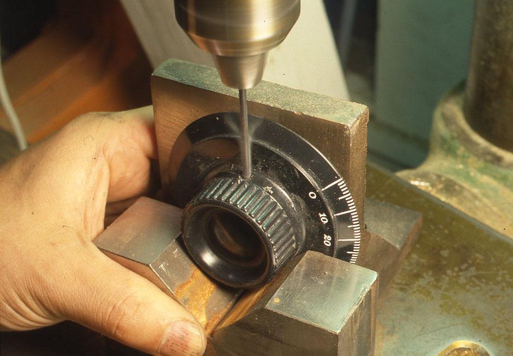 成形物の横から垂直に中のスペーサーの中心へ向けて、2.5mmで穴をあけているところ。