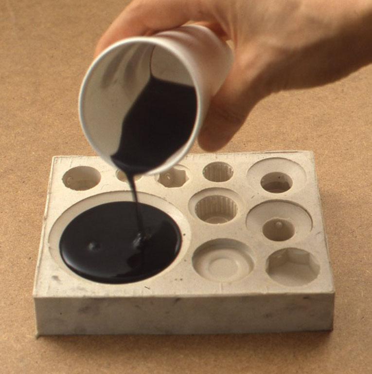 それぞれの樹脂の使用法に従い、型に注ぎ入れます(写真6)。ただ、ポリウレタン樹脂は、気温や室温が高いと2液混合後1~ 2分で硬化する場合があるので注意をしましょう。