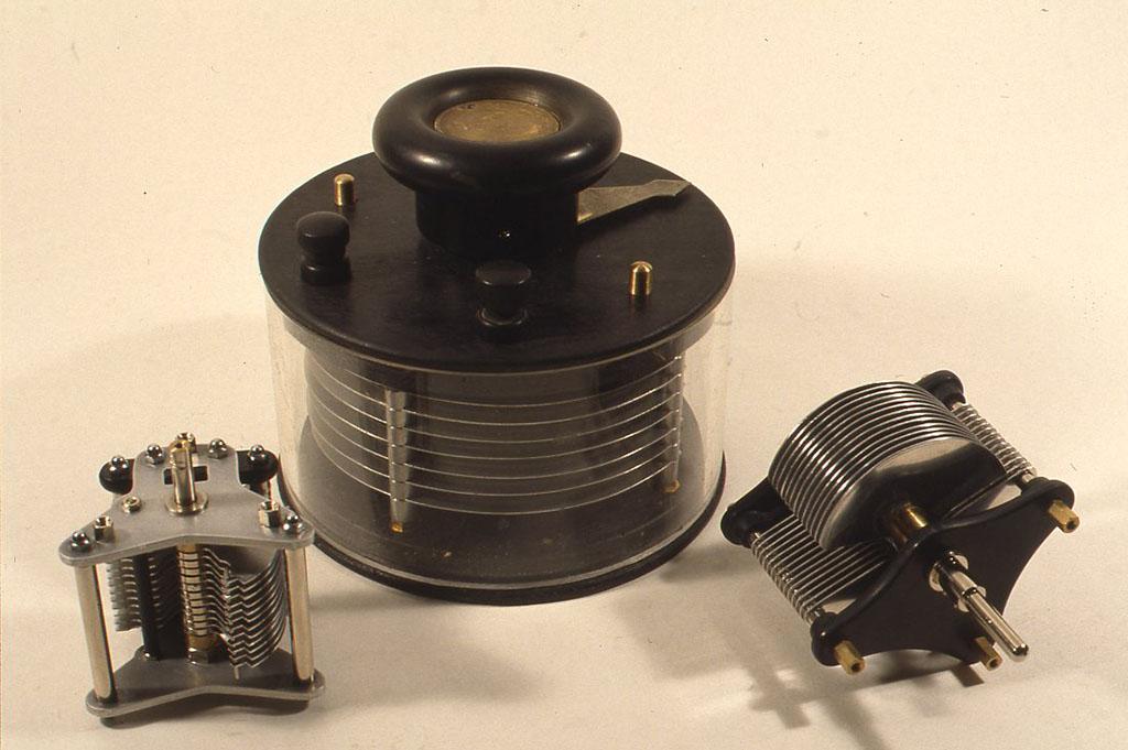 (写真の左(A)と右(B)は実際に鉱石ラジオに組み込みました。中央は1910年ころのヴァリコンを写真で見て作ってみたもの。ともに容量直線型です。
