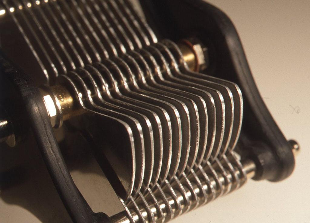 ヴァリコンの組み上げ方は、ローターやステーターの羽と羽のあいだに2mmのスペーサーあるいはカラーと呼ばれるものを入れ、ステーターの部分は中に通した6mmのネジに前後からナットで締めつけ、ローターのほうは前と後ろのパネルで3mmの全ネジで締めつけて固定します。ローターとステーターはちょうど互い違いに入れ子状に組み合わせておかなければなりませんので、お互いの羽が触れあわないように、あいだを調整してから固定すればできあがりです。