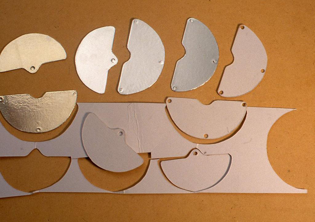 アルミはちょっと加工がしづらいと思う人は、厚紙の両面にアルミ箔を貼ったものでも、まったく同じに機能します。