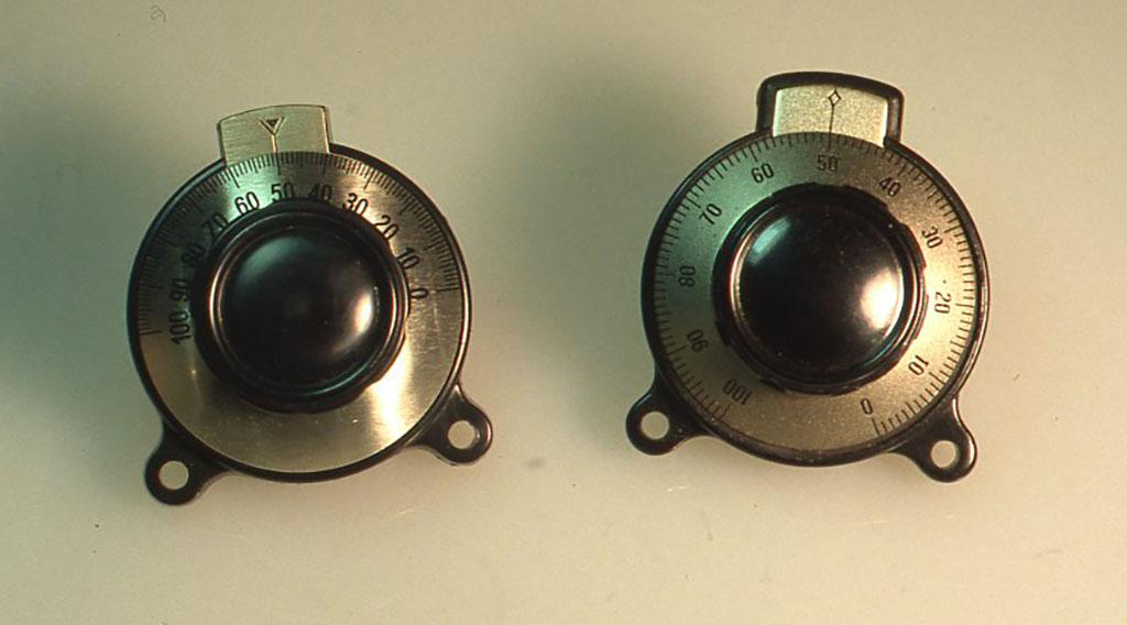 写真はヴァーニャルダイヤルで、左が300度用、右が180度用でヴァイリコンは180度回転角が最大なので、このタイプを使います。