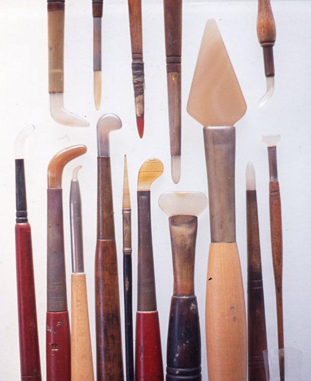 めのう棒のいろいろ。油絵やテンペラでツヤを出したいところや、金や銀や錫、鉛などの箔をみがいたりするのに使う。