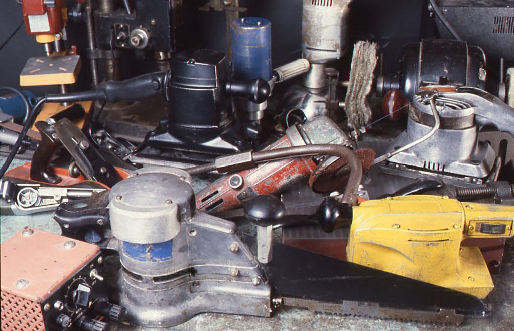 いろいろな電動工具。騒音を嫌う小林は、ほとんどが特殊なモーターやシステムによって、とても静かにドライブできる電動工具を取り揃えている。