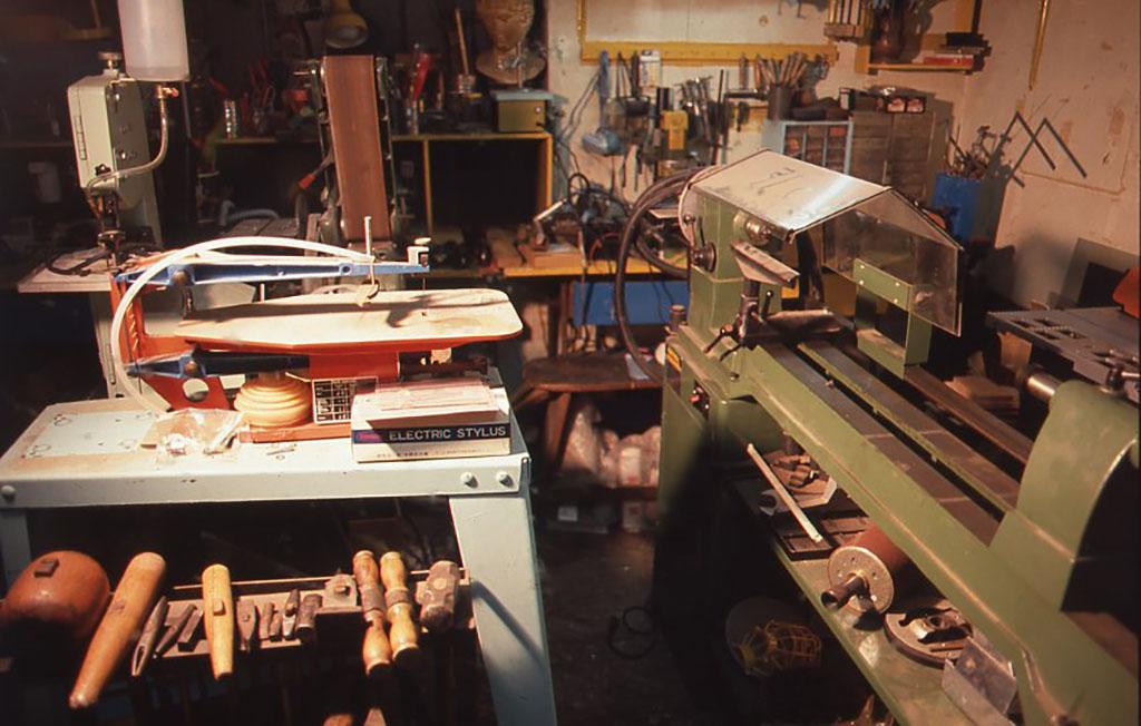 木工旋盤や中型のベルトサンダーが見える。