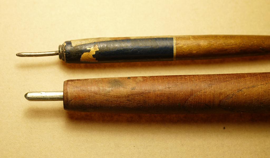 古いペンの軸や、木の棒に銀の線や棒を付けたものです。 (写真は自作のもの。数種類ある中の二つ)。 上のものは線径約2mm下は約4mmくらいです。