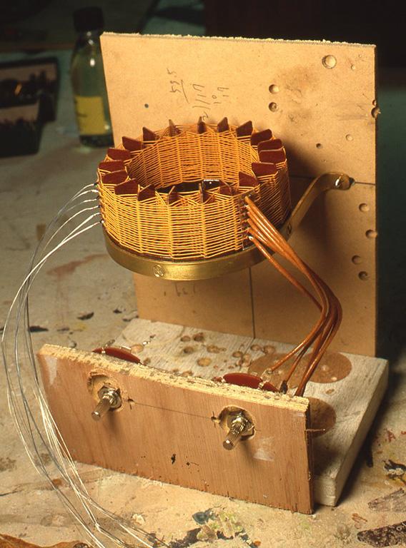 1回路6接点のロータリースイッチにヨリ線とエンパイヤーチューブで配線をするのですが、作例の場合はケースが小さく、手やハンダごての入るスペースがないために、ダミーケースを作ってあらかじめ配線を仕上げておきました。