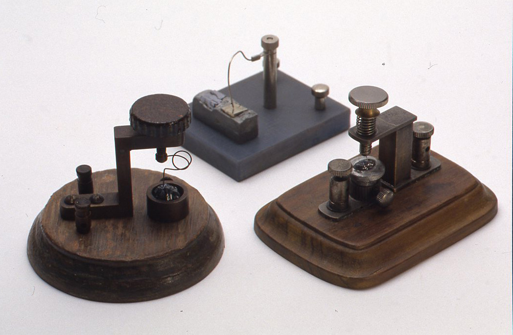 自作のさぐり式検波器3点。左のものは1920年代の型で現在でもレプリカが売られていますが、自分なりにコピーして作ってみました。
