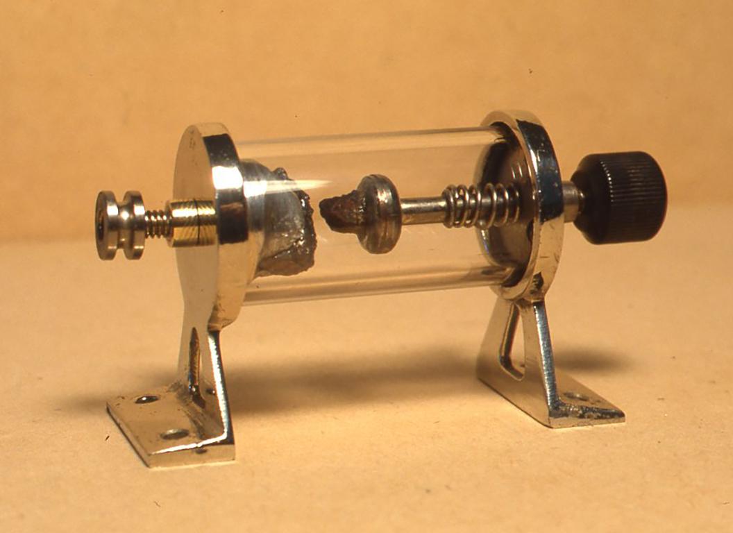 自作接合型鉱石検波器のホルダーは金属の鋳造で作ってみました。