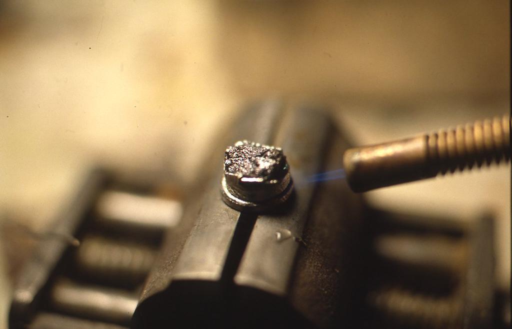 似たようにして、さぐり式では針金の部分に当たるところは紅亜鉛鉱で作ります。細いバーナーで軽くあぶってくっつけている状態。