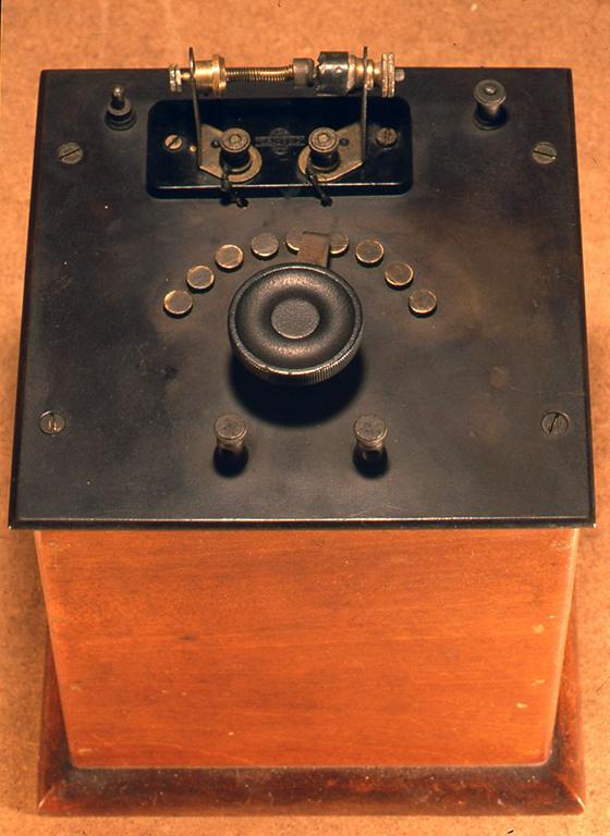 英国の1920年代のメーカー製でとても端正に造られています。検波器は接合 型で感度もよいものです。H195xW175× D175(mm)