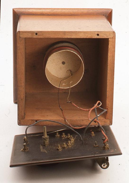 このように立派に見える昔の鉱石ラジオもたいていは中にコイル1つだけということが多く、かえって不思議な感じがすることがあります。