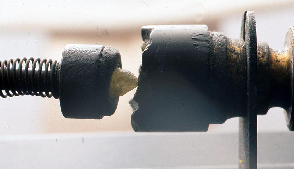 ひとつは上の写真の鉱石ラジオの接合型検波器についている鉱物
