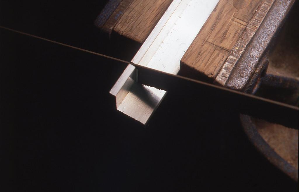 この検波器の取り付け金具は、アルミ製のL字棒を金ノコで切ってやすりで整えたあと、ドリルで本体につくほうに3mm、検波器のつくほうに4mmの穴をあけて作りました。