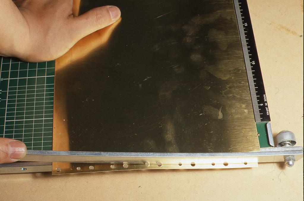 この場合は押し切りカッターを使っていますが、金切りばさみか、しっかりしたはさみで切ることができます。