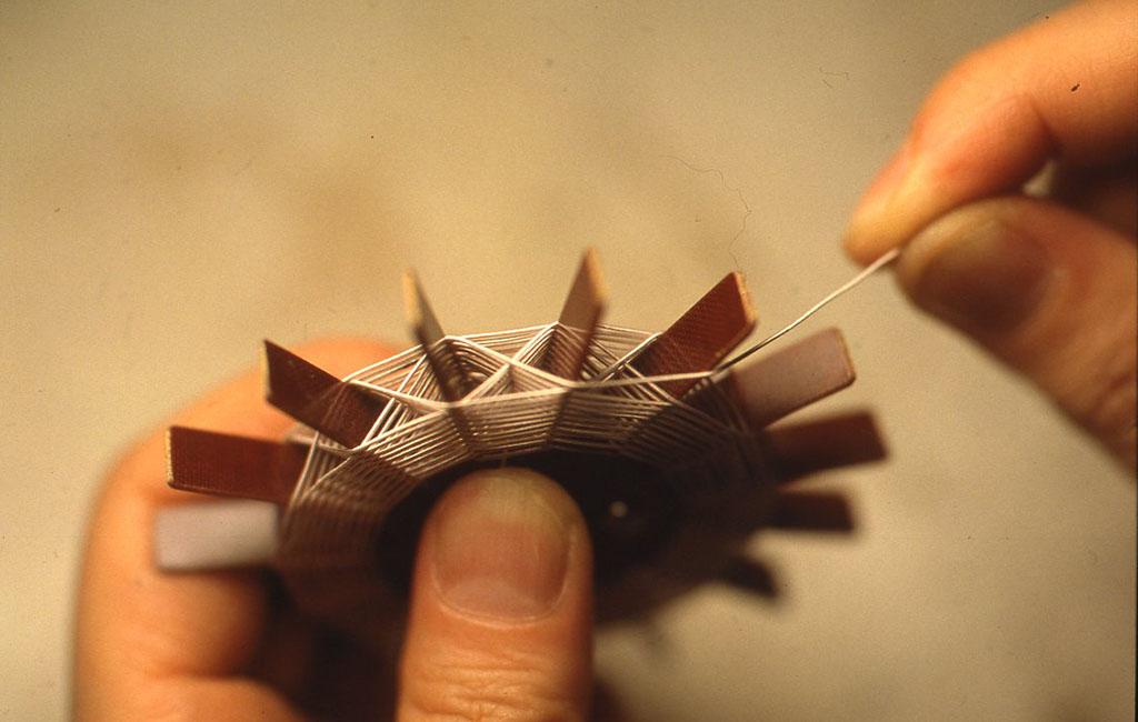 0.4mmの線をスパイダーコイルを巻くのと同じ要領で巻いていきます。ここでは線材は絹巻き線を使用。