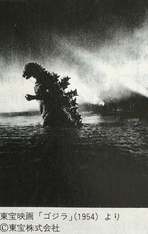 小林健二が3歳の頃、日劇で再上映された映画「ゴジラ」は、彼の創作活動に大きな影響を与えているようだ。