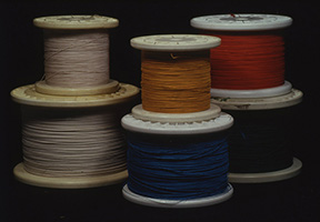 二重絹巻き線(銅線をシルクで絶縁してある線材)現在ではかなり希少。