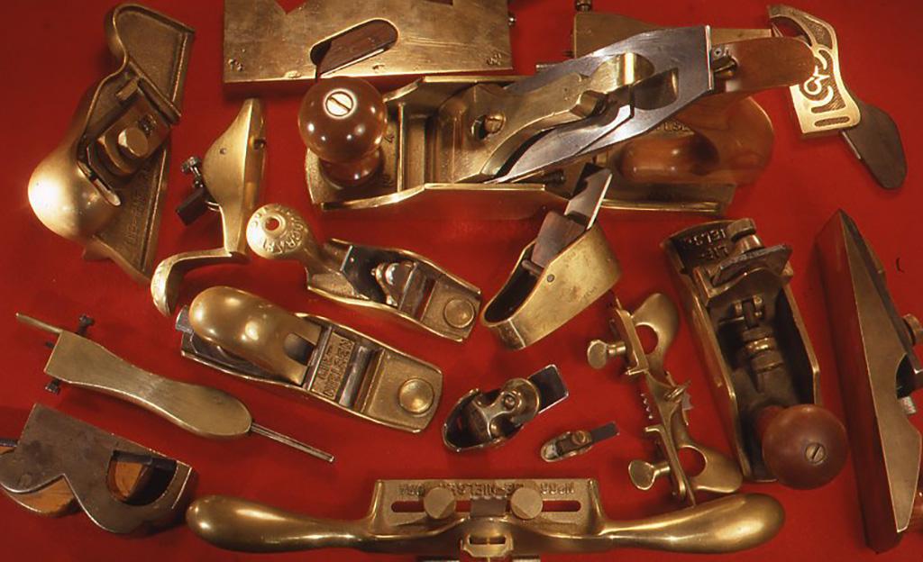 やはりお気に入りの真鍮製の洋鉋各種。目的によって各々を使い分ける。使い込んだ道具の美しさが輝いている。