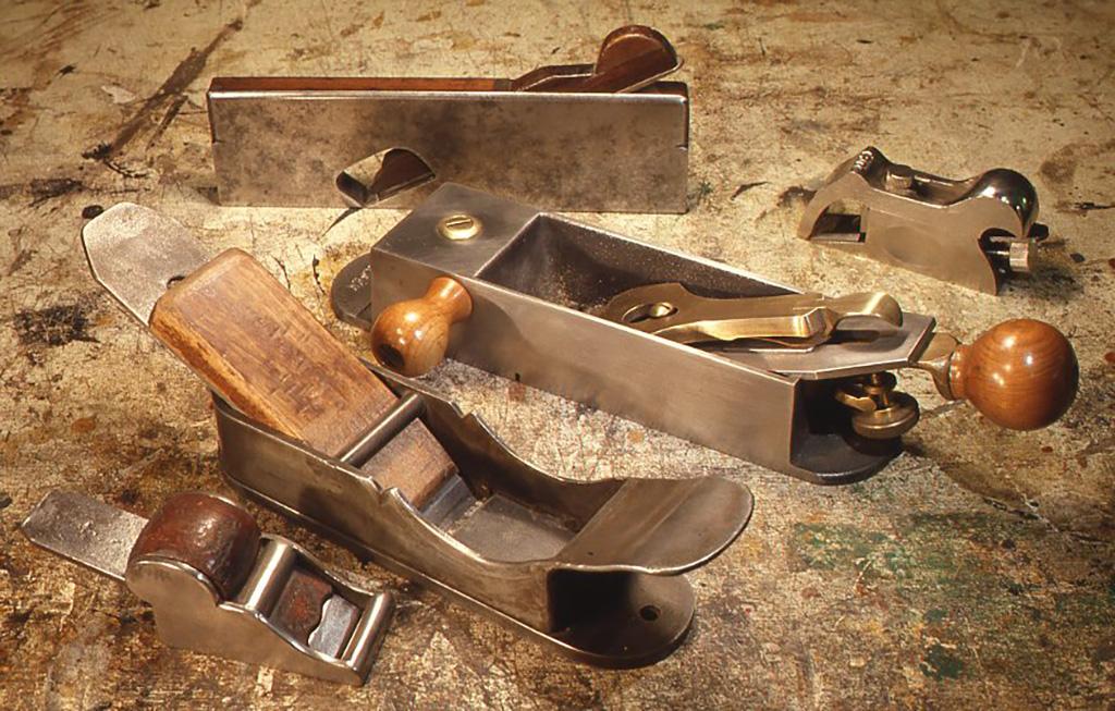 鉄製の洋鉋の一例。木の板に古典技法によって絵を描くとき、パネルに引っかき傷をつけ、その上にのる下地の定着を良くする特殊なもの(左より2つ目)も含まれている。