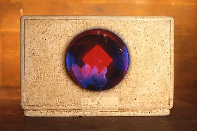 [夜たちの受信機 晶洞よりの呼びかけ 紅玉庭園 そしてサファイヤの書物] 「鉱石ラジオ」という言葉のイメージから製作された作品の一つ。音声に同調して部分的に結晶が白く明滅し、レンズに映る鉱物のみがゆっくりと回りながら赤く輝く。