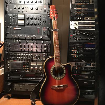画像は弦つきで2,000円で古道具市で買ったギター。