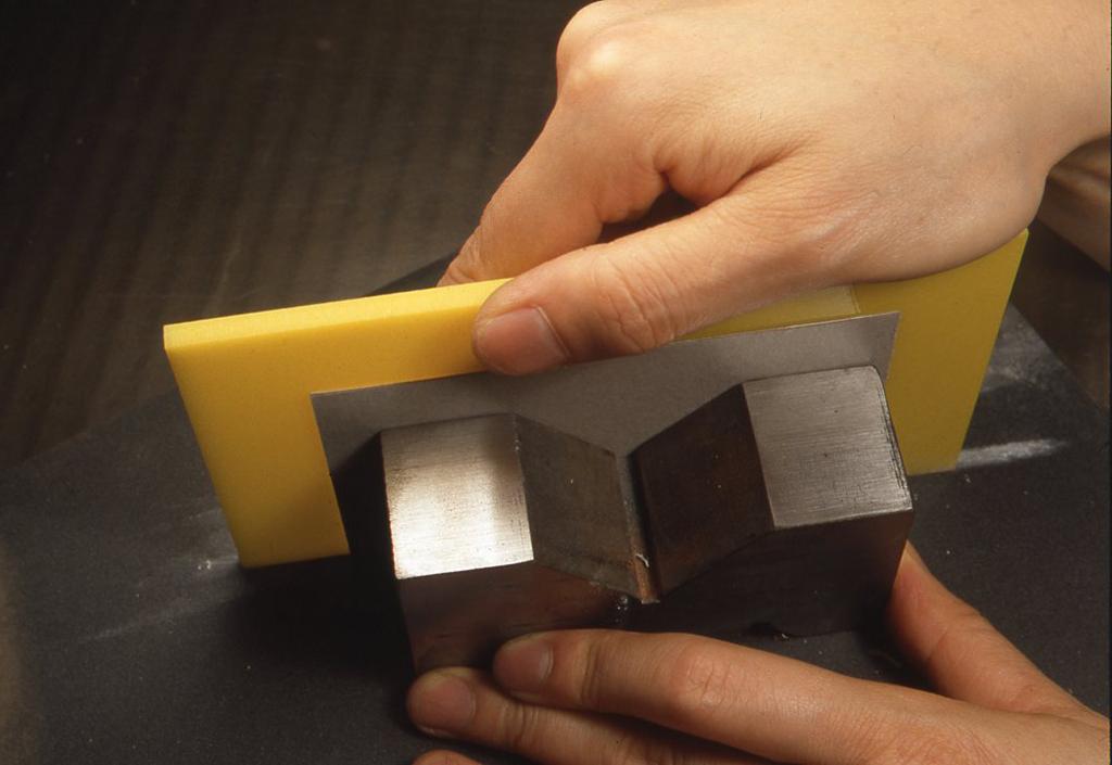 サンドペーパーで切り口を仕上げるとき、90度の出ているものにあてながら、平らなところにサンドペーパーを敷いて前後にゆっくり動かして削ると、 きちんと上がります。