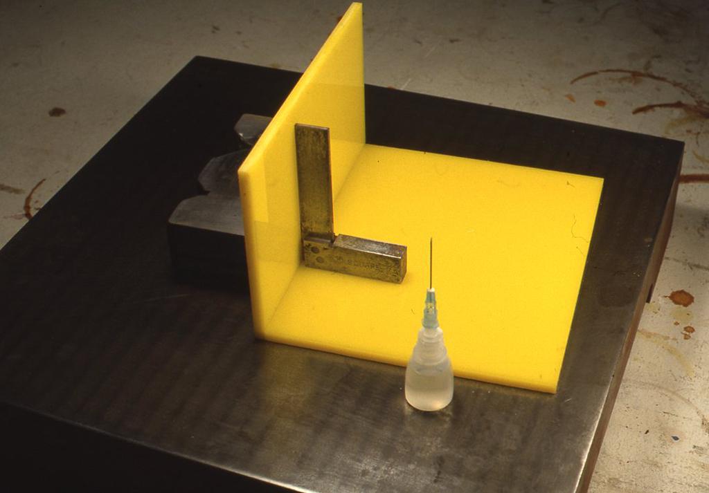 箱の板材が切れたら組み立てですが、その際90度が出るように小型のスコヤで計りましょう。