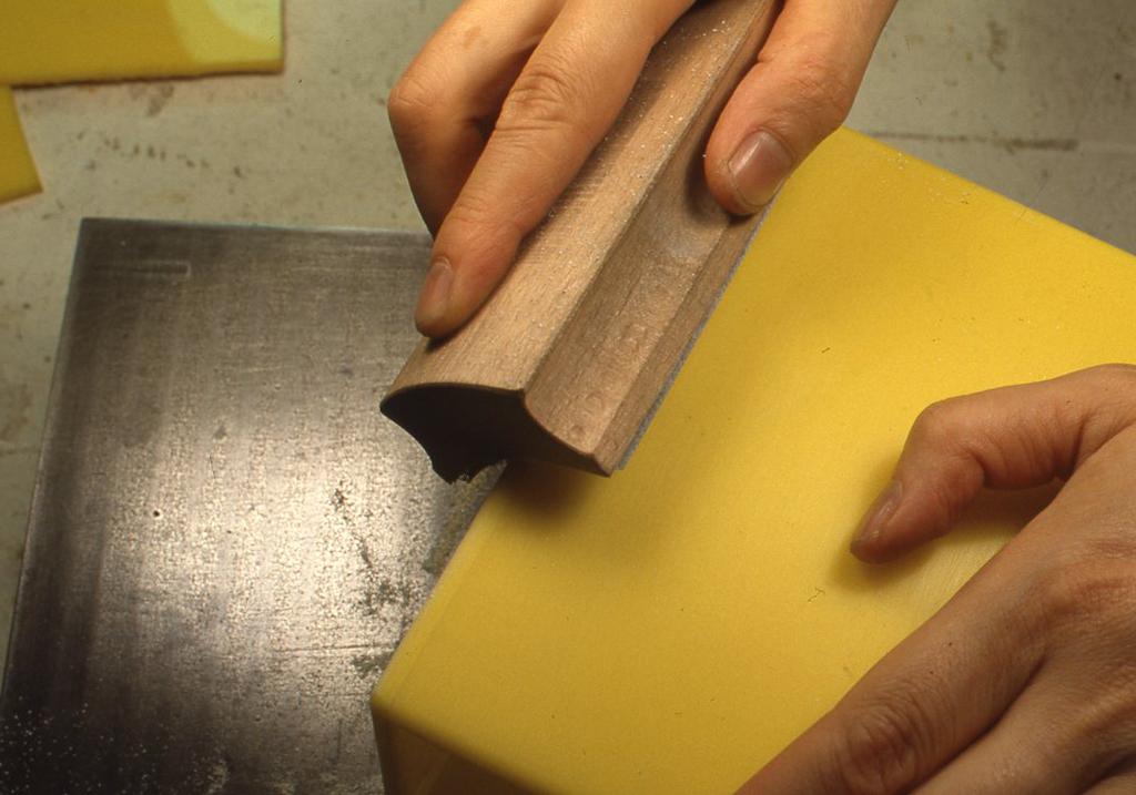 作例ではこのままだと角が尖って手ざわりがよくないので、サンドペーパーで面をとって丸めておきました。