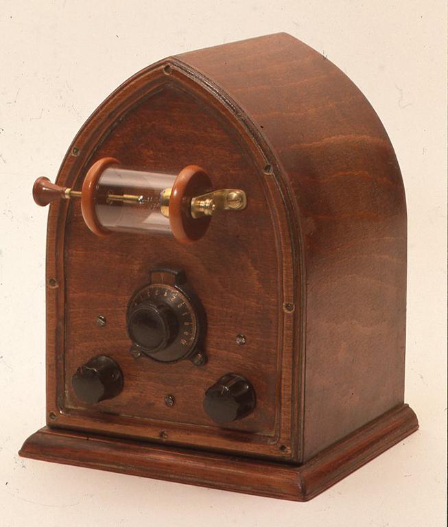 自作[直接結合回路鉱石受信機] 寸法はW155× D135× H200(mm)です(検波器端子は含まない)。