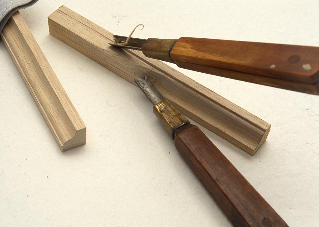 彫刻刀の丸刀などで面を取り、貼りつけます。