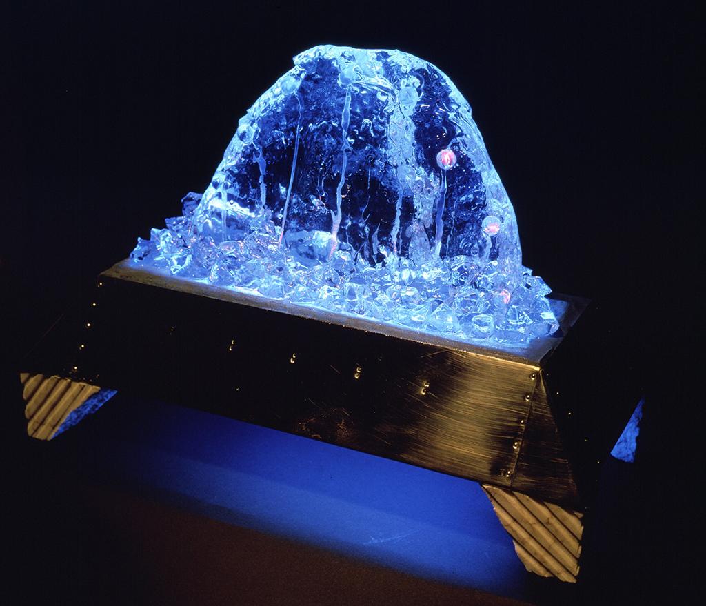 [夢みる結晶 3-Dreaming Crystal 3] 1986 ポリエステル樹脂、真鍮、光ファイバー、石、木、電子部品