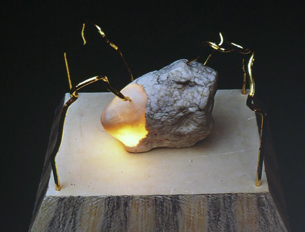 [夢みる結晶 1-Dreaming Crystal 1] 1985 石、樹脂ろう、ガラス、金箔、電子部品、硬石膏、パステル