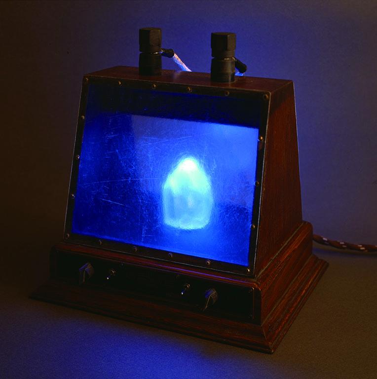 [サイラジオ:透質結晶受信機(PSYRADIOX:ICE CRYSTAL RECEIVER)] 木、合成樹脂、電子部品、他 (透質結晶が青く光りながら回転し、同時にラジオも受信する)
