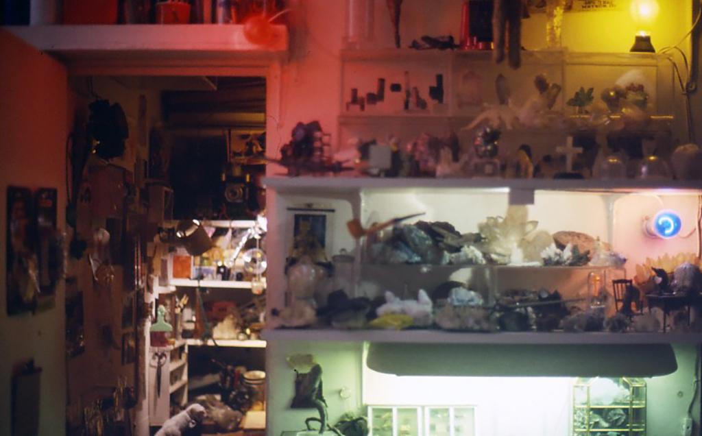 1999年頃の小林健二アトリエ(鉱物標本も箱にしまってあるものの他に、実際に仕事場に飾ってあるものも多くある)