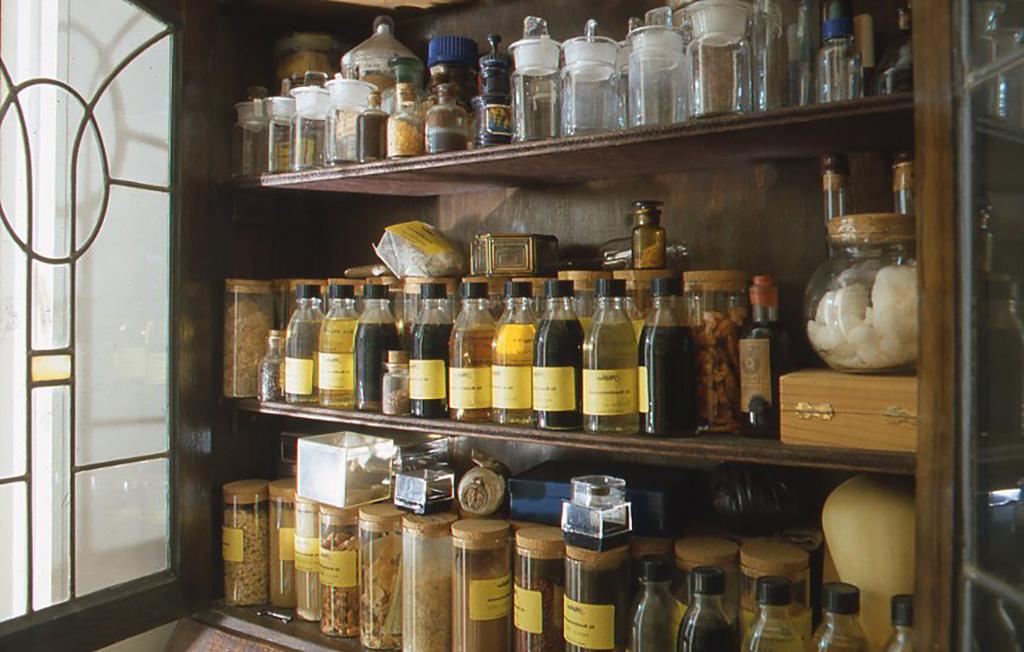 1999年頃の小林健二アトリエ(絵画材料の一部、樹脂や溶剤など。研究資料としても海外から取り寄せたものも並ぶ)