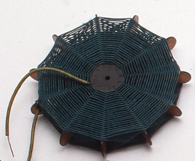 小林さんが最初に巻いたコイル。ラジアルバスケット・コイルといい、余計な特性(キャパシタンス)の少ないコイルを作ろうと1910年代に考え出されたものの一種。